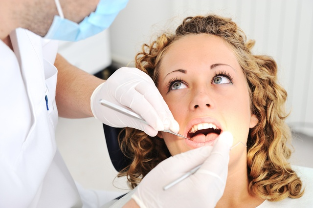 Болит ухо и отдает в челюсть: причины, диагностика и лечение