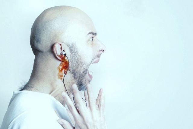 Почему из уха течет кровь: что это, причины и лечение гомеопатией